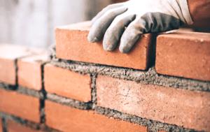 A kőműves munkálatok elvégzéséhez célszerű szakértelemmel rendelkező munkást fogadnia, hiszen ez a munka határozza meg az összes többi munka alapját.